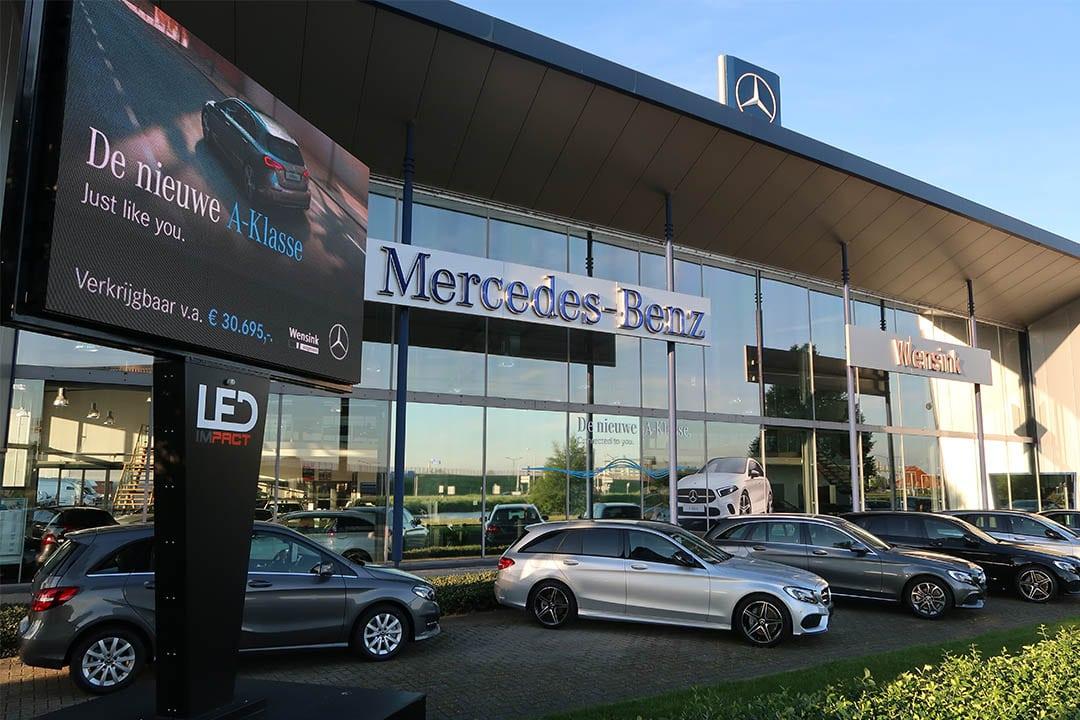 led scherm is podium voor lancering Mercedes-Benz A-klasse bij Wensink