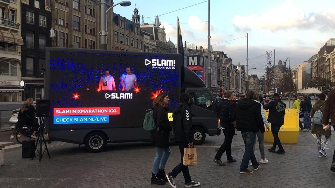 Doelgroep danst bij mobiele led scherm