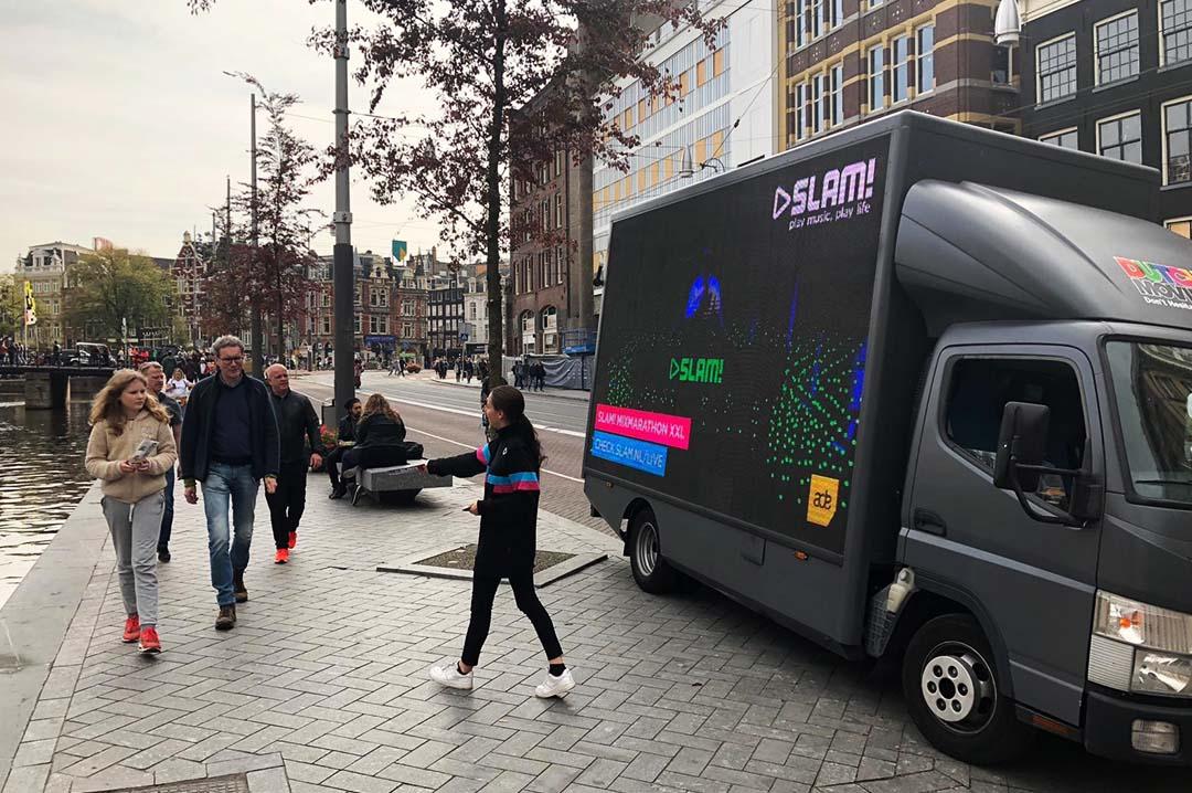 Mobiele led scherm rijdt door amsterdam
