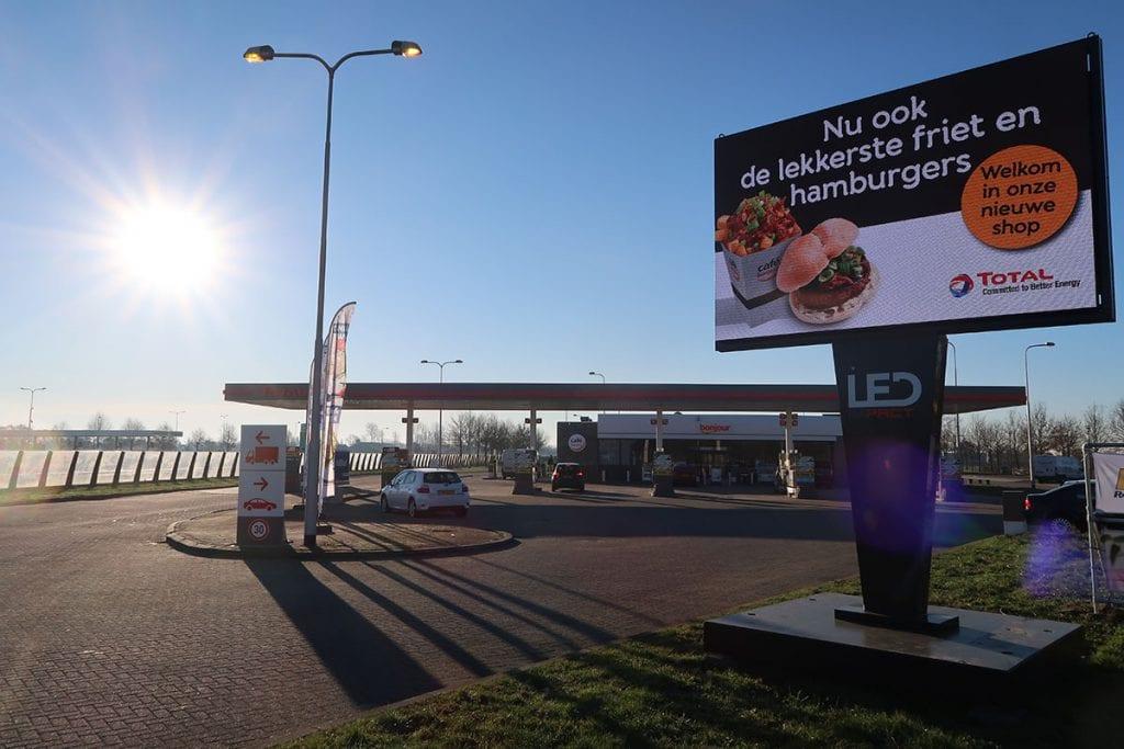 LED scherm inzetten bij tankstation Total