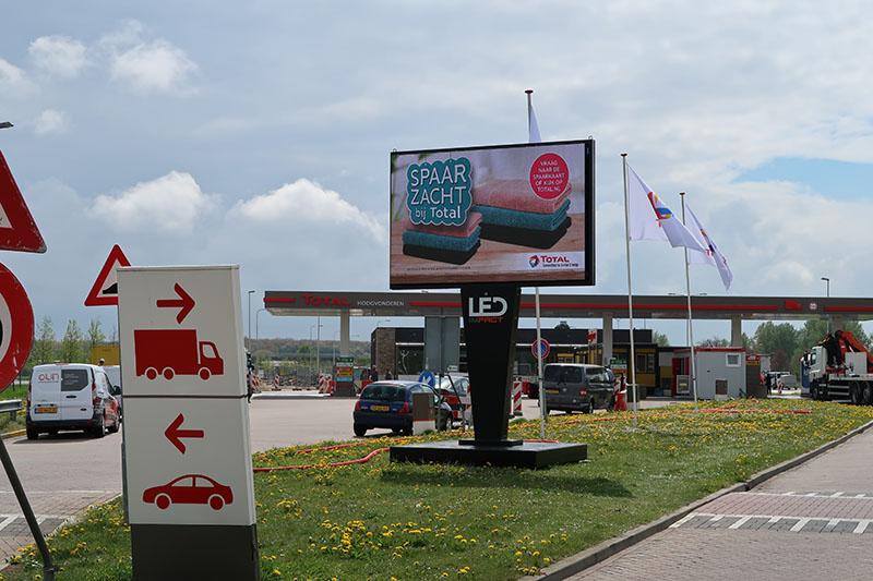LED scherm huren zorgt voor duidelijke boodschap bij Total tankstation